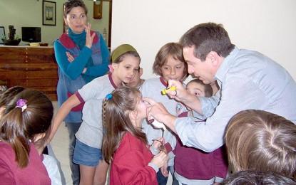 Premian proyecto que ayuda a los niños a controlar la visión de sus abuelos