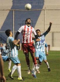 Leandro Martínez salta rodeado de rivales (foto gentileza diario La Mañana de Córdoba)