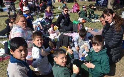 Familiares y alumnos de la Escuela Alberdi en jornada al aire libre