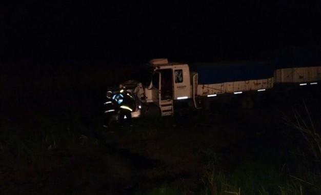Dos heridos de gravedad al volcar un auto en la exruta de tránsito pesado