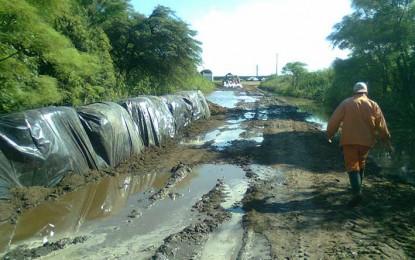 Silvio Péllico luchaba anoche para desviar el agua del arroyo Algodón