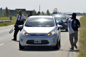 Los conductores mermaron la velocidad, bajaron los vidrios y recibieron los volantes que les entregaron en el lugar