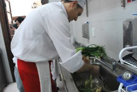 Además de cocinar también deben limpiar los ingredientes