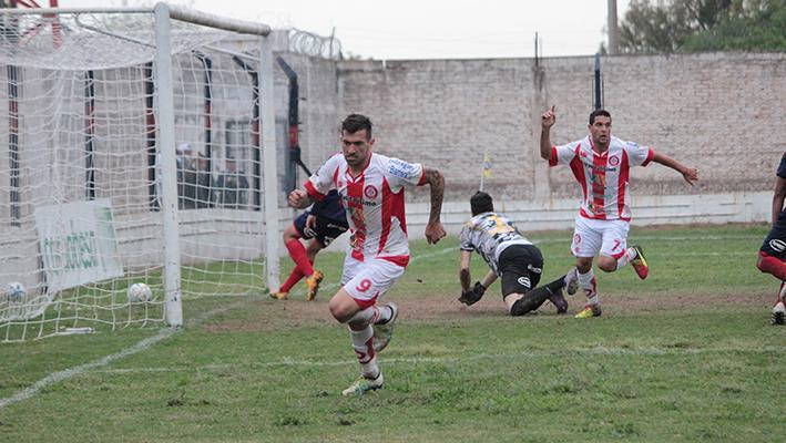 Godoy se sacó la bronca de los goles errados en el partido, la embocó en el final y Alumni pudo celebrar (fotos: gentileza de Diego Roscop)