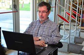 Jorge Rivas se comunica a través de un lector de pantalla que reproduce el texto redactado por él