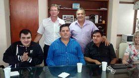 Los cooperativistas no videntes (sentados), junto a los integrantes de la Cooperativa de Obras y Servicios Públicos de Oliva