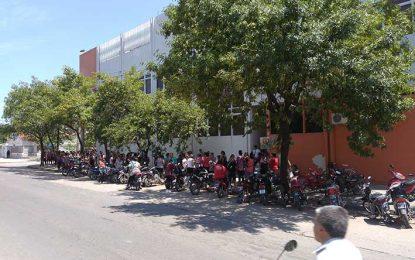 Más de 500 personas hicieron cola en el primer día para tener el kit escolar