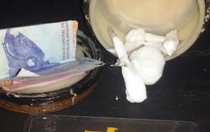 Padre e hijo arrestados por comercializar droga