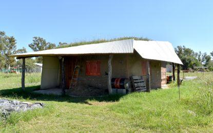 Levantaron una casa con 125 pesos, usando barro y reciclados