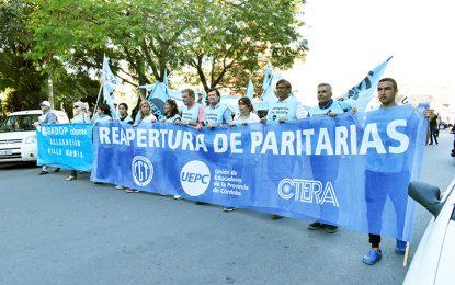 Los dos gremios docentes cerraron la protesta en la plaza Centenario