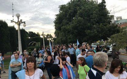 Cientos de personas en plaza Centenario