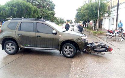 Automovilista en grave estado al chocar un camión estacionado