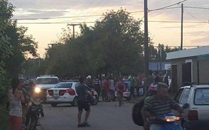 Trifulca entre vecinos y policías terminó con tres detenidos