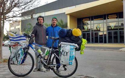 Viajan en bici por Latinoamérica vendiendo luces que ellos fabrican