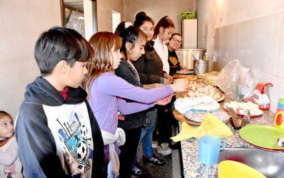 En un comedor de La Calera se preparan su propio almuerzo