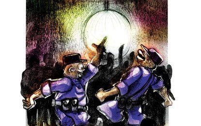 Suspendieron a dos policías por ir a bailar con armas y uniforme
