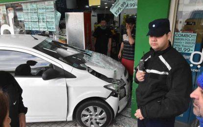 Cuantiosos daños por el impacto de un auto en un supermercado
