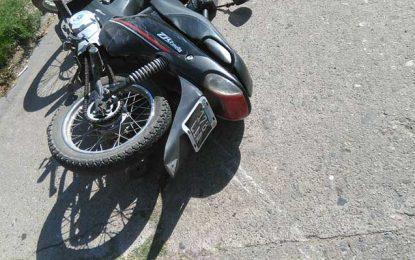 Un joven fue llevado inconsciente al Hospital tras chocar con la moto