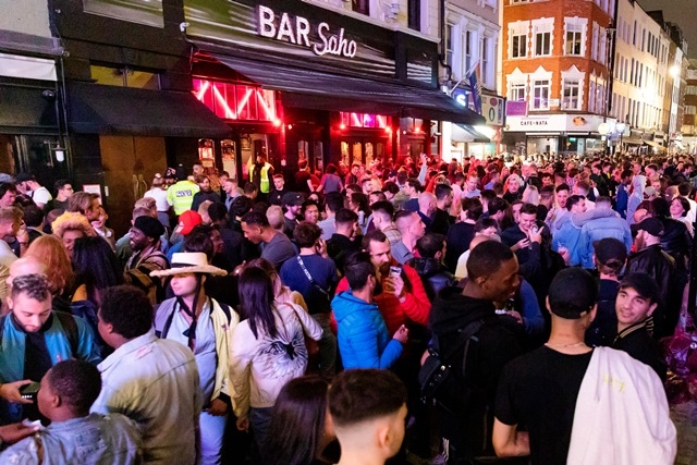 Descontrol y fiestas callejeras por reapertura de pubs en Londres