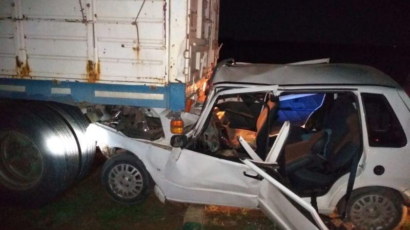 Fuerte choque de un auto contra un camión en la ruta 158