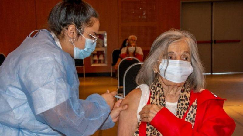 Sonia Torres, titular de Abuelas Córdoba, recibió la primera dosis de la vacuna