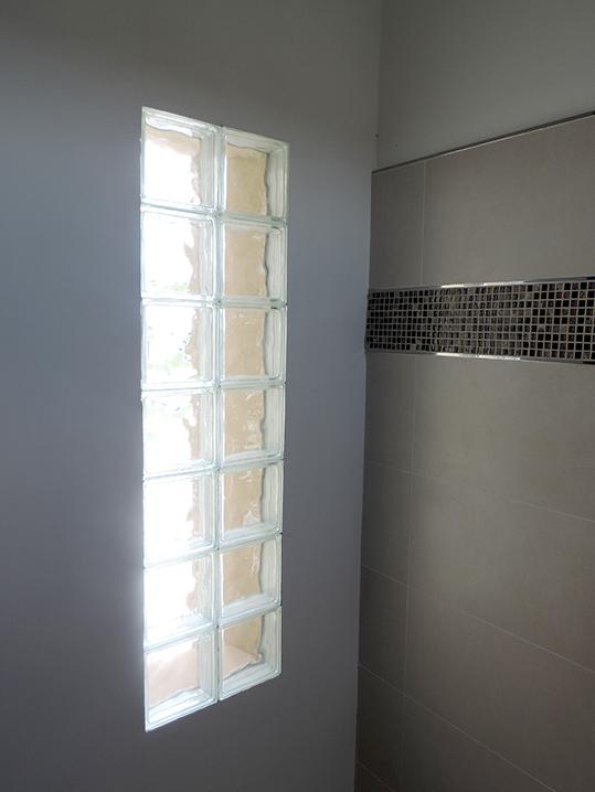 amazing la zona de sanitarios antebao y ducha est iluminada por medio de ladrillos de vidrio with ladrillos de vidrio - Ladrillos De Vidrio